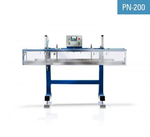 Automatyczny podajnik kątowników NEWECO PN-200 jest przeznaczony do podawania kątowników z PCV, aluminiowych i stalowych do oklejarek kątowników siatką z włókna szklanego.