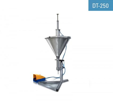 Masina de umplut cu piston pneumatic DT-250 este utilizată pentru umplerea tuburilor și a altor recipiente deschise cu lichide dense cum ar fi creme, geluri etc.